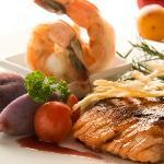 Salmón del sur con papas nativas, camarón ecuatoriano y salsa de crustáceos