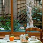 Salle de petits déjeuners donnant sur une cour intérieure