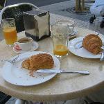 Ontbijten in straatje naast hotel