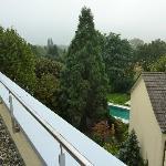 Blick von Dachterrasse auf Mietshäuser (Pool verdeckt)