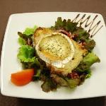 Salade Lola (toast de chèvre chaud et lardons sur lit de salade)