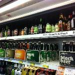 附近商店的啤酒琳琅滿目