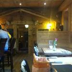 le restaurant et au fond un très joli salon