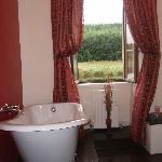 tres belle salle de bains avec vue