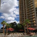 從泳池往飯店看