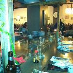 tavolo confinante con la piastra dove è possibile vedere cucinare il proprio cibo