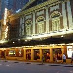 Localizado ao lado do Teatro Belasco, meio quarteirão de Times Square.