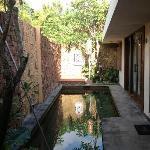 La piscine et une chambre (à droite)