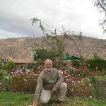 Hermosos jardines y las montañas atrás