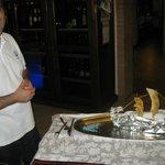 So wird der Fisch im Salzbett eingefahren, dann die Teller am Tisch hergerichtet