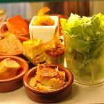 Piquillos farçis , Tortillas , Supréme de poulet à la créme , mini tournedos de canard ....