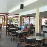 le bar et ou l'on prend le repas de midi