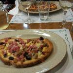 Pizza de pan de payes, uno de los platos del menu de la cena