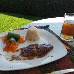 Comida en el hotel servida en la zona de la alberca, pescado en salsa de frambuesa.