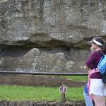 a la izquierda Regis explicando sobre este Moai