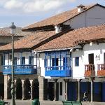 Hotel con balcones azules