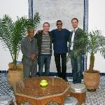 Mon frère et moi dans la cour avec le personnel (Hamid et Mohammed)