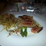 Tagliata di tonno con asparagi e porro