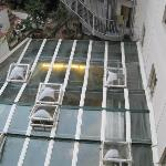 dalla camera:vista tetto ristorante, con annuso cucina!