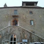 Le Castello et son entrée sobre et élégante.