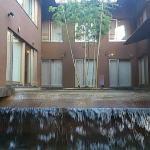 ロビーから見た中庭(下には滝が流れている)