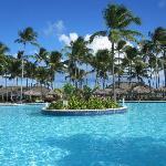 la piscine - derriere: la plage