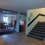 salle à manger sur la gauche + escalier qui mène aux chambres