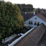 Appartement West - Blick von der Terrasse auf das Grillstübli mit Grotto links