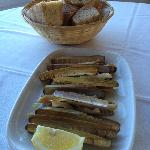 razor clams with bread for dipping