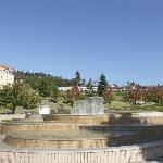 頂上近くの噴水広場 (噴水がワイングラスの形です)