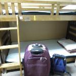 10人女性專用房,要自己鋪床,床與床之間沒有窗簾。