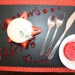 Macaron fraise et son coulis accompagné d''une boule de sorbet à la frais