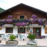 ottimo ristorante per la sua posizione panoramica sia per le cascate il suo meraviglioso ghiacc