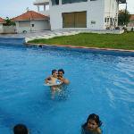 kids playin in d pool