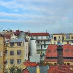 房间窗外的布拉格天空