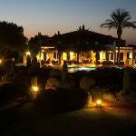 vista del hotel por la noche