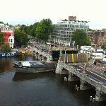 運河を通る船と跳ね橋