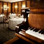Gourmet Club Restaurant piano