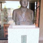 設立者林原氏の像