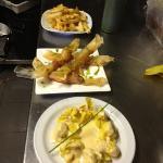 yuca frita,crujientes de langostinos y fiokis de pera y queso con salsa dulce de zanahoria