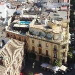 vue sur l'hotel avec sa terrasse avec piscine depuis la cathédrale