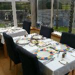 La veranda con la tavola apparecchiata per la cena