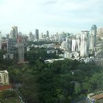 バンコクのビル群と大使公邸