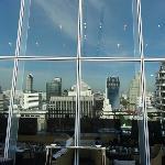 レストランとホテル建物のガラスに映るバンコクビル群
