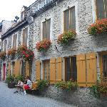 La rue du Petit Champlain, garnie de boîtes à fleurs
