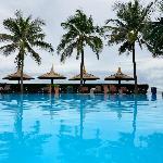 Бассейн отеля, вид на море