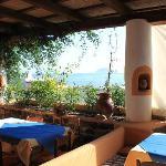 La salle de restaurant mi-couverte avec vue sur Stromboli