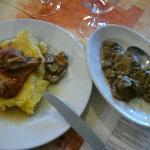 Coniglio al forno con polenta gialla e funghi trifolati