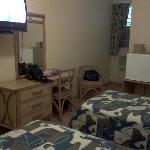 Habitación pequeña, sucia, apestosa a humedad.
