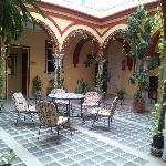 Questo è il patio al primo piano. Con wi-fi libero. Davvero splendido rilassarsi qui a fine gior